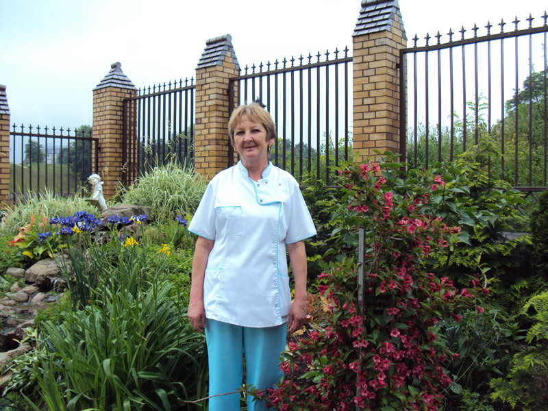 pielęgniarka w ogrodzie