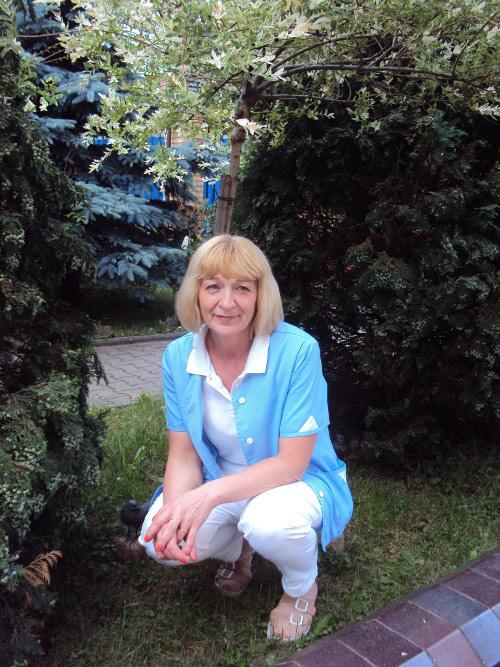 opiekunka w ogrodzie