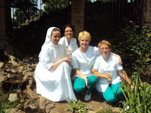 zdjęcie grupowe trzech pielęgniarek i siostry
