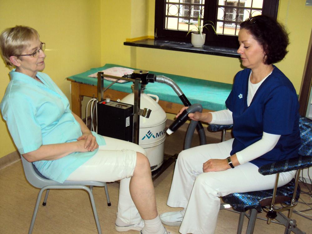 Rehabilitantka podczas zabiegu kirioterapii