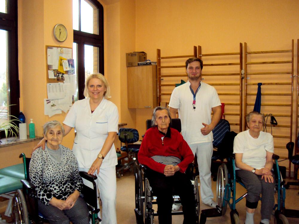 Para rehabilitantów z pacjentkami na wózkach inwalidzkich