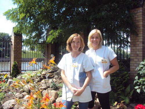 dwie pracownice z terapii zajęciowej w ogrodzie